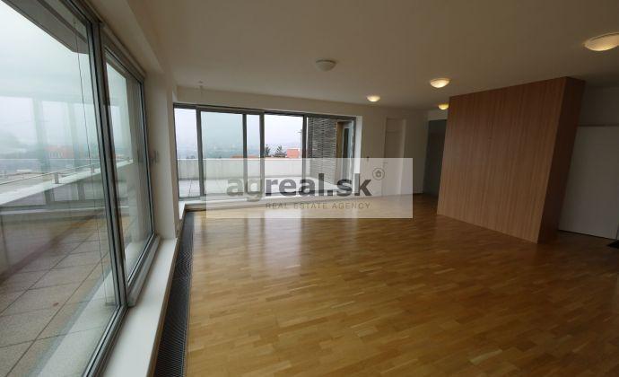 4-izbový byt s terasou v diplomatickom komplexe v Kráľovskom údolí, parkovanie