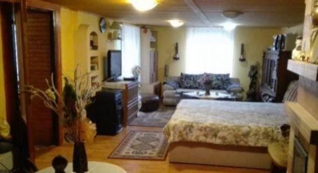 Ponúkame na predaj rodinný dom v Hronovciach.