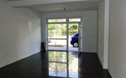 Obchodné priestory - Ponúkame na dlhodobý prenájom obchodný priestor, vhodný ako predajňa v centre Šamorína