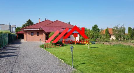 Kuchárek-real: Ponúka dva rodinné domy na jednom 18a pozemku. Hrubý Šúr.