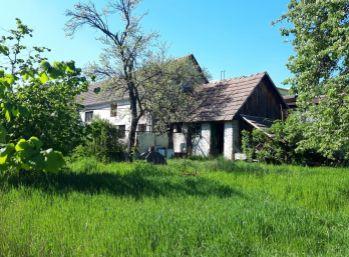 Tehlový dom na krásnom a širokom pozemku 1090 M2 v CENTRE OBCE - LIMBACH