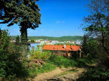 Bratislava, Dúbravka - krásna záhrada so zrubovou chatou v lese nad mestom