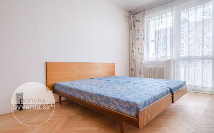PREDANÉ - KOMÁRNICKÁ, 2,5-i byt, 63 m2 - BALKÓN aj LOGGIA, výborná vybavenosť, ELEKTRIČKA a Štrkovec na skok