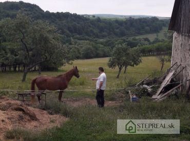 Oplotená poľnohospodárska usadlost v okrese Veľký krtíš