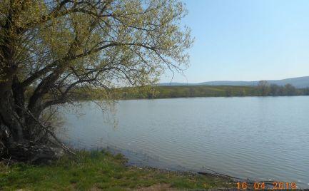 Predaj rekreačného pozemku pri priehrade v obci Kozárovce