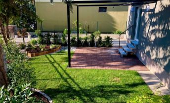 nadštandardný prízemný byt s predzáhradkou a dvojgarážou v RD  v Komárne, pôvodná cena 137.000,- E