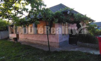 EXKLUZIVNE !.pozemok so starým rodinným domom v obci Svätoplukovo