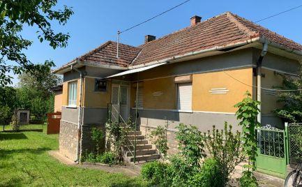 MAĎARSKO - PERKUPA VEĽKÝ 3 IZBOVÝ DOM SUPER STAV, UPRAVENÝ POZEMOK.