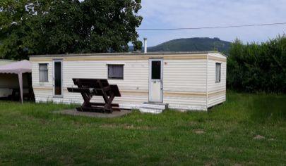 Nitrianske Rudno, mobilný dom pri priehrade.