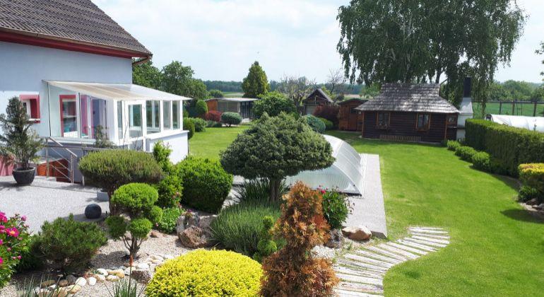 Krásny, kompletne zariadený rodinný dom s dvoma bytovými jednotkami, bazénom, garážou a veľkou záhradou