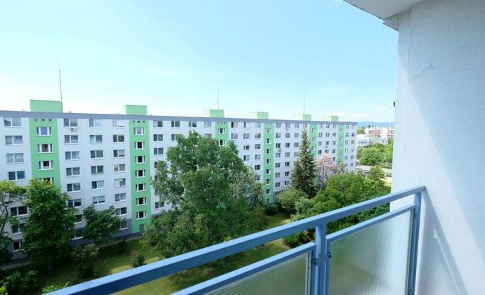 IBA U NÁS: RUŽINOV - Pošeň - Mimoriadne priestranný 3-izbový byt s balkónom aj lodžiou