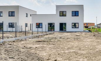 3 izbový rodinný dom, 100,7m2, pozemok 590,7m2, 2x parkovacie státie, už skolaudované, cena ako u developera