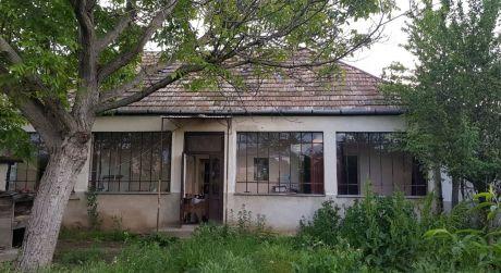 Ponúkame na predaj rodinný dom v obci Čata.