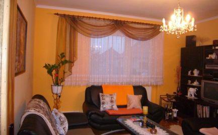 Ponúkame na predaj tehlový, zariadený 4izbový rodinný dom s 19 á pozemkom v obci Čakany 20km od BA.