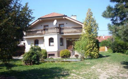Ponúkame na predaj stavebný pozemok /5936 m2/ na ktorom sa nachádza rodinný dom v obci Hamuliakovo, 20km od Bratislavy, vhodný na investíciu so zámerom výstavby ďalších rodinných domov.