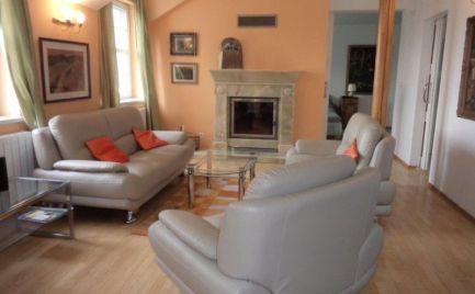 Ponúkame do prenájmu 3 izbový priestranný moderný byt sparkovacím státím nachádzajúci sa vrodinnom dome, lokalita Lamač.