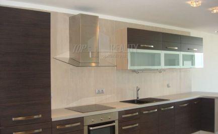 Ponúkame do prenájmu 3–izbový moderne zariadený byt v novostavbe na ulici Na Revíne na Kramároch.