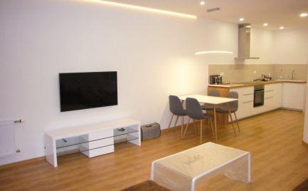 Ponúkame na prenájom kompletne zrekonštruovaný, zariadený 2-izb. byt na lukratívnom mieste neďaleko hradu a parlamentu, na Zámockej ulici.
