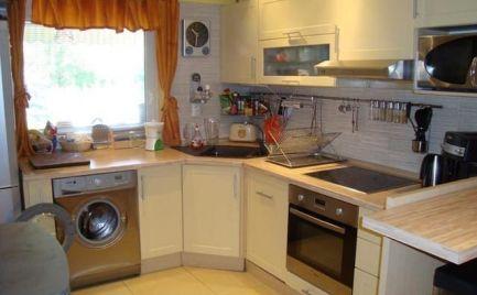 Ponúkame na predaj príjemný, priestranný 4-izbový byt v bytovej vile s 200m2 súkromnou  záhradou, s garážou na Záleskej ulici v obci Ivanka Pri Dunaji - 15km od BA.