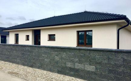 Krásna novostavba 4 izbového samostatného bungalovu vo vysokom štandarde s kuchynskou linkou so spotrebičmi v obci Hviezdoslavov za 166.400,-€!!!