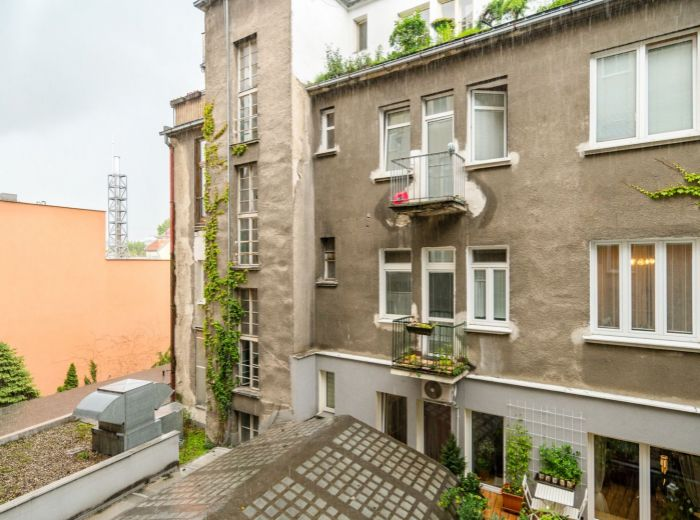 OBCHODNÁ, 2-i byt, 45 m2 - REKONŠTRUKCIA, orientovaný do DVORA, ihneď voľný, BALKÓN, výťah