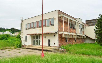 Budova v priemyselnej časti Banskej Bystrice (pri areáli ZVT) s veľkým pozemkom