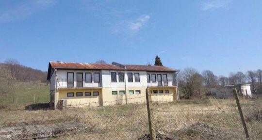 Ponúkame na predaj dvojbytový okálový dom pri Budinej.