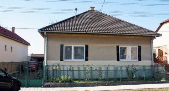 3 izbový rodinný dom s novou strechou pri Lučenci