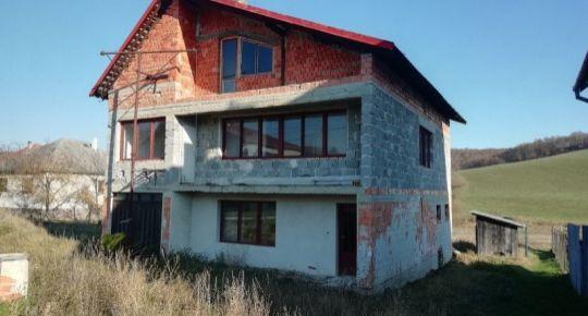 Ponúkam na predaj rozostavaný rodinný dom v dedinke Sušany,okres Poltár