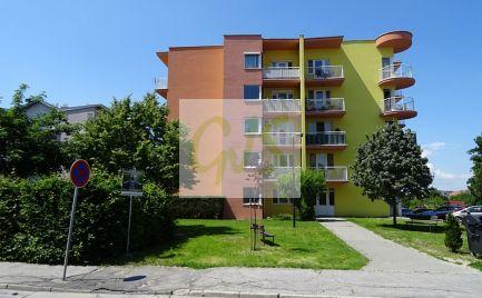 TOP cena! Veľkorysý, trojstranne orientovaný novší byt s dvoma loggiami a výťahom