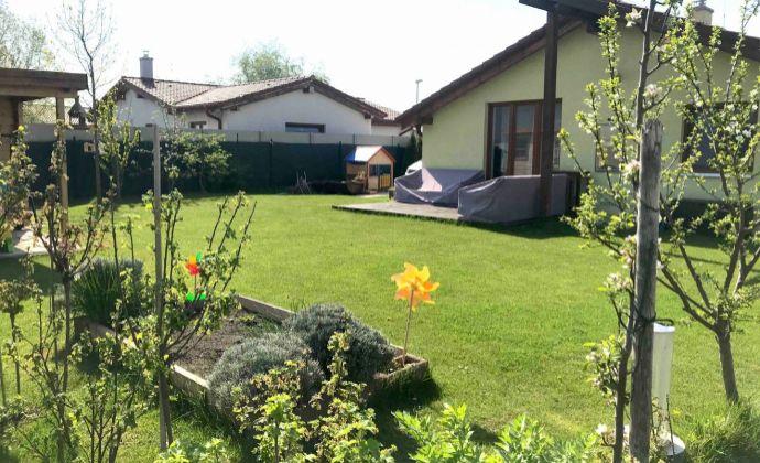 NA PREDAJ: Zariadený 3 izbový rodinný dom, bungalov, pozemok 493 m2, Slovenský Grob - začiatok časti Malý Raj, krásny výhľad na Karpaty