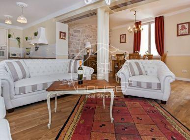 PREDAJ: luxusný 3 izbový apartmán priamo pri mori v meste Rovinj, Chorvátsko.