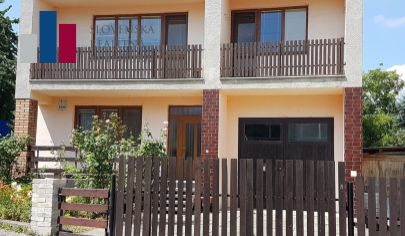 PREDANÉ: veľký 2 poschodový dom: 2 štvorizbové byty a 2 garáže, Devínska Nová Ves