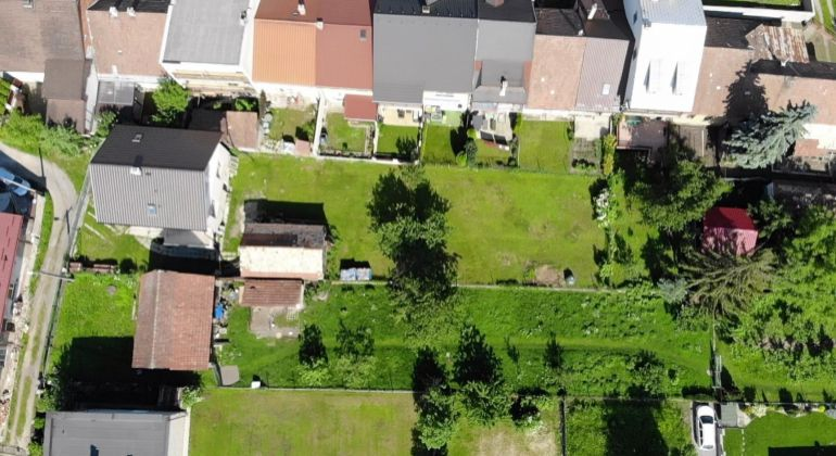 Pekný užší pozemok s kompletnými sieťami v zastavanej časti obce Teplička nad Váhom | 765 m2