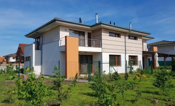 Priestranný 5-izbový rodinný dom, garáž, 3 kúpeľne, RegioJet, Kvetoslavov
