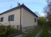 Tesáre - 3 izbový dom neďaleko priehrady v obci s malým vinárstvom