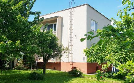 Rodinný dom 200 m2 , 4 - izby, 2 garáže, pozemok 642 m2