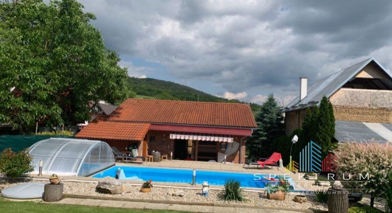 Slatinka nad Bebravou / rodinný 3 izbový dom na predaj / vonkajší bazén