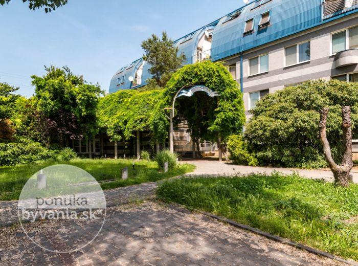 PREDANÉ - BAJKALSKÁ, 1-i byt, 25 m2 - TERASA, zeleň a BEZPROBLÉMOVÉ parkovanie, IHNEĎ VOĽNÝ