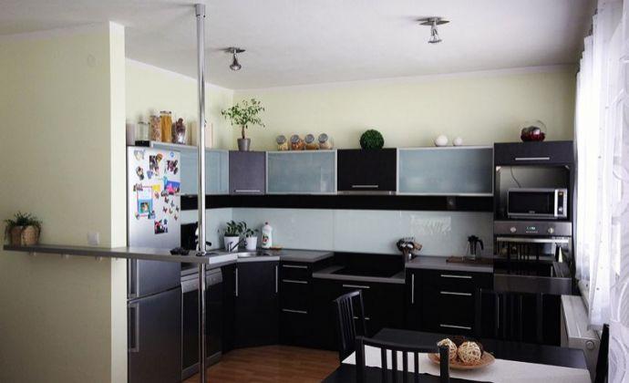 Ponúkame Vám na predaj 3 izbový klimatizovaný byt s TERASOU a garážovým státím , na ulici Pezinská v Senci.