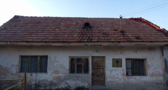 Na predaj pozemok so starším 2 izbovým rodinným dom 401 m2 Oslany 79061