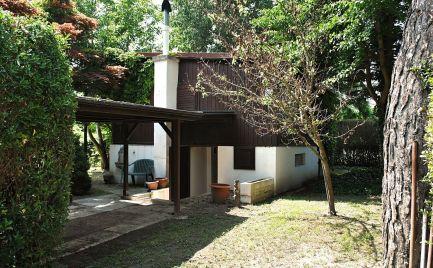 Ponúkame na predaj šikovnú dvojpodlažnú chatu v obci Bodíky, len 35 km od Bratislavy.