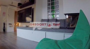 GREGORY Real, na predaj novostavba - slnečný podkrovný 2 izbový byt, kompletne zariadený, Osadná ul., Bratislava III. Nové Mesto