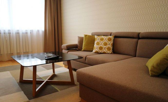 Priestranný, kvalitne zariadený 2-izbový byt na začiatku Petržalky
