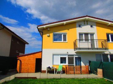 Na predaj priestranný byt v dvojdome, novostavba z roku 2014, Stupava