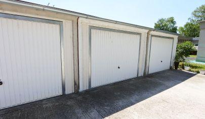 APEX reality - garáž v uzavretom areály na Bezručovej ul., 22 m2, napojená na el.