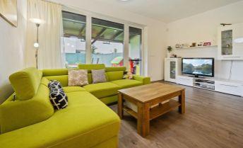 Ponúkame na predaj zariadený 4 izbový byt v novostavbe trojdomu  s vlastnou záhradou