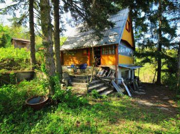 PREDAJ - Bratislava-Dúbravka - krásna záhrada so zrubovou chatou v lese nad mestom