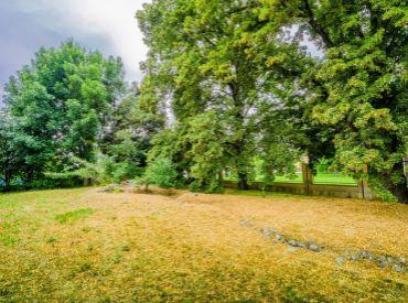Pozemok, 600m2 – Lehnice – Veľký Lég, rovinatý, oplotený, kľudná a tichá lokalita s množstvom zelene.