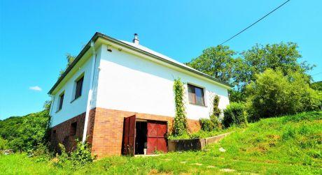 Na predaj rodinný dom 4+1, prístavba 2+1, veľký pozemok 39.154 m2, Melčice-Lieskové časť Dolina